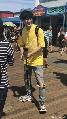 And the wierd thing on this pict is, he's only wear this yellow shit on bbh's birthday