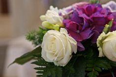 rose bianche abbinate alle ortensie viola