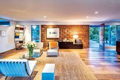 Con la ayuda de la diseñadora de interiores Lila Francese, Chris Bailey y su difunta esposa Carolyn Glasoe transformaron esta excepcional casa de 1952 en su hogar de ensueño.