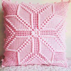 This Pin was discovered by Mur Crochet Pillow Cases, Crochet Cushion Cover, Crochet Pillow Pattern, Crochet Bedspread, Crochet Tablecloth, Crochet Diagram, Crochet Quilt, Filet Crochet, Crochet Motif
