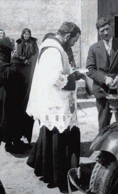 Padre Pio durante una funzione religiosa all'aperto, a San Giovanni Rotondo (1925 ca)