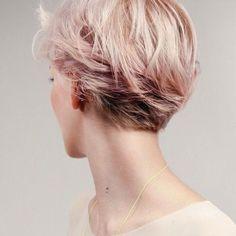 Corte pixie con una tonalidad oro rosa muy suave en algunas puntas!