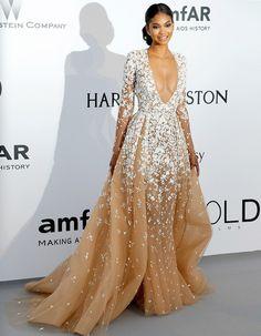 Jeudi soir au gala de l'amFAR en faveur de la recherche contre le Sida, le top Chanel Iman avait l'allure d'une princesse romantique dans sa robe longue Zuhair Murad. http://www.elle.fr/Cannes/Look-de-stars/Le-look-du-jour-de-Cannes-Chanel-Iman-en-Zuhair-Murad-2953060