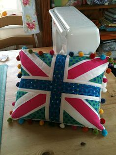 Union Jack Block tutorial from Dandelion Daydreams. This tutorial has lots of photos to make a cushion but can also be adapted down to make quilt blocks or mug rugs. Union Jack Pillow, Union Jack Cushions, First Sewing Projects, Craft Projects, Sewing Tips, Sewing Ideas, Craft Ideas, Flag Quilt, Quilt Blocks