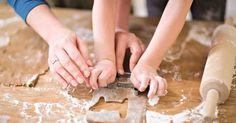 As crianças vivem fascinadas com a cozinha e com tudo aquilo que lá encontram: água, panelas e tachos, recipientes grandes e pequenos, espátulas e colheres de pau. Nunca é cedo demais para deixar a pequenada pôr as mãos na massa, até porque cozinhar com as crianças é muito mais do que confeccionar alimentos – é passar tempo de qualidade juntos e aprender lições valiosas. Dê-lhes um avental, um chapéu de cozinheiro e deixe-os revelar o chef que há neles!