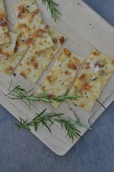 {Spontane Gäste} Knuspriges Last-Minute-Pizzabrot Fancy a recipe with which you can receive guests spontaneously? This pizza bread is perfect for warm summer evenings. Tasty with fresh herbs. Snacks Pizza, Party Snacks, Pizza Recipes, Snack Recipes, Healthy Smoothies, Healthy Snacks, Healthy Recipes, Pain Pizza, Last Minute