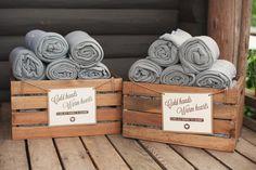 gray blankets | Mustard and gray wedding | Matrimonio autunnale grigio, senape e arancionehttp://theproposalwedding.blogs