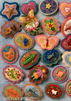 4 Cards Felt Pins | Etsy Fabric Brooch, Felt Brooch, Felt Fabric, Felt Crafts, Fabric Crafts, Felted Wool Crafts, Wool Embroidery, Felt Applique, Fabric Jewelry