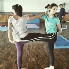 Couples Yoga Poses, Yoga Poses For Two, Partner Yoga Poses, Kids Yoga Poses, Bikram Yoga, Ashtanga Yoga, Retiro Yoga, Family Yoga, Different Types Of Yoga