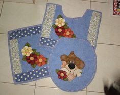 jogo-banheiro-cachorro-cachorro Applique Quilts, Sewing Projects, Sewing Ideas, Stencils, Sewing Patterns, Patches, Kids Rugs, Diy, Home Decor