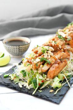 Spännande smaker och konsistenser kombineras i denna snabblagade rätt, eller vad sägs om ingefära, chili, lime och koriander tillsammans med kyckling, glasnudlar och cashewnötter? Mums säger vi! Ät gärna med pinnar för att få den rätta känslan. Smaklig måltid! #sallad #asiatisk #kyckling #nudlar #food