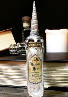 This tutorial will show you how to create a prop potion ingredient/wand core bottle of Unicorn Hair Deco Harry Potter, Harry Potter Potions, Harry Potter Halloween, Harry Potter Room, Harry Potter Theme, Harry Potter Aesthetic, Harry Potter Birthday, Harry Potter Craft, Halloween Potion Bottles