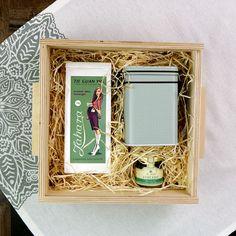 Tolótetős fadobozos ajándékcsomag faforgáccsal. A dobozban: szálas kínai zöld tea /Tie Guan Yin/, tea tároló doboz, méz. Frame, Home Decor, Gourmet, Picture Frame, Decoration Home, Room Decor, Frames, Home Interior Design, Home Decoration