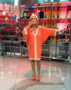 Luciendo un vestido Coral, uno de los colores de la actual temporada Primavera Verano 2013, Lydia Lozano escoge unos Pedro Miralles al tono www.pedromiralles.com #pedromiralles #LydiaLozano