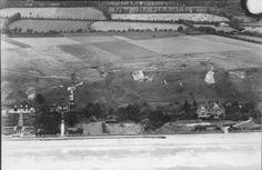 Vierville-sur-Mer, Omaha Beach, 30 juin 1943. Les allemands ont commencé à raser les villas de front de mer. La villa Hardelay (à droite sur la photo) est encore présente. On y voit les tranchées et positions de tobrouk juste au dessus sur le plateau. Ce sera le WN70.
