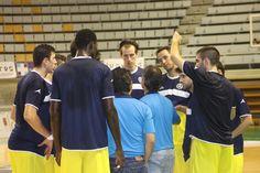 Los jugadores recibiendo las intrucciones del cuerpo técnico