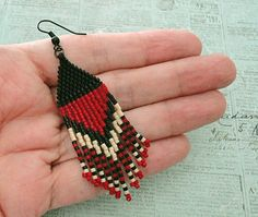 Linda's Crafty Inspirations: Playing with my beads.Another Black & Red Fringe Earring Sample Seed Bead Jewelry, Bead Jewellery, Seed Bead Earrings, Seed Bead Patterns, Beaded Jewelry Patterns, Beading Patterns, Beaded Earrings Native, Fringe Earrings, Super Duo Beads