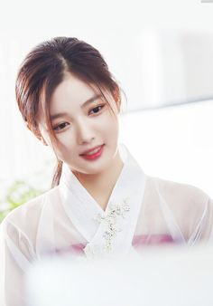 Kim Yoo-jung is a famous actress of Korea. Korean Beauty, Asian Beauty, Kim Yoo Jung Park Bo Gum, Kim Joo Jung, Korean Hairstyles Women, Redhead Hairstyles, Japanese Hairstyles, Asian Hairstyles, Men Hairstyles
