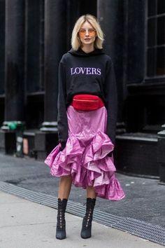 Tous les conseils pour bien associer les couleurs neutres et comment les porter avec style ! Tous les conseils & idées de tenues sont dans cet article ! #tenuefemme40ans #blogmodefemme40ans #tenuestylée #élégante #tenuesfêtes #couleurs #associercouleur #jupemauve #sweatshirtnoir
