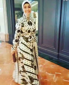 Inspirasi dari bunda oki asokawati Batik Fashion, Abaya Fashion, Fashion Dresses, Batik Muslim, Hijab Outfit, Hijab Dress, Muslim Dress, Batik Dress, Formal Gowns