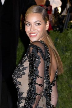 "BEYONCÉ LOSES 60 LBS.   FOR CONCERTS  Beyoncé showed off her singing skills -- and rocking body -- at her ""comeback"" concerts in Atlantic City over the weekend. How did Queen B get her body back in the five months since having Blue Ivy Carter? Lots of lettuce and workouts."