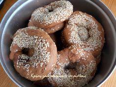 Αυτοσχεδιασμοί…   Είχε ξεμείνει από τη Μεγαλοβδομάδα μέσα στο ψυγείο και δεν επρόκειτο να φαγωθεί με κανένα άλλο τρόπο. Το ότι ταιριάζει με ψωμί και άλλα αρτοσκευάσματα, είναι παλιό… Το ότι χρησιμοποιείται σε πάρα πολλές συνταγές γλυκών, είναι καινούριο. Κέικ, σοκολατάκια, τρούφες ακόμη και παγωτό με χαλβά έχει πάρει … Bagel, Bread, Food, Brot, Essen, Baking, Meals, Breads, Buns
