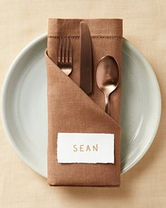 Add a special touch to your dinner table with these napkin folding ideas. You don't need anything fancy to get started—just a few napkins and these easy step-by-step instructions. Wedding Napkin Folding, Christmas Napkin Folding, Paper Napkin Folding, Christmas Napkins, Wedding Napkins, Napkin Folding Pocket, Simple Napkin Folding, Linen Napkins, Cloth Napkins