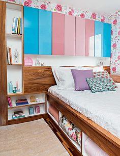 """A moradora Larissa Farias queria uma decoração clean. Sua irmã gêmea, a arquiteta Letícia Arcangeli, sugeriu um projeto supercolorido. """"Para minha surpresa, adorei"""", conta Larissa. No quarto, tons de rosa e azul estão na marcenaria"""