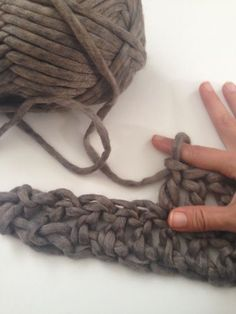 Finger crochet - I would try this! Might be easier to do while running than finger knitting! Finger Crochet, Finger Knitting, Arm Knitting, Knit Or Crochet, Learn To Crochet, Crochet Crafts, Yarn Crafts, Hand Crochet, Crochet Stitches