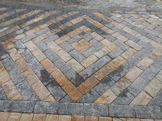 Pedras Miracema e madeira em calçada.