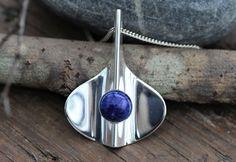 Aksel Holmsen. Moderne anheng i sterling sølv, med cabochon-slipt blå stein. Vintage
