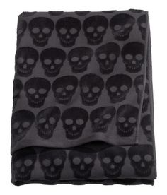 Black skulls bath towel