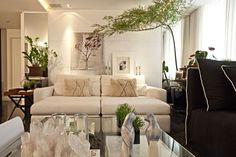 Veja fotos do apê decorado em tons de cinza, vidros e espelhos por Karina Afonso