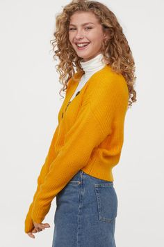 Strikket trøje Model Knit Sweater Outfit, Mustard Yellow, Pulls, Rib Knit, Sleeve Styles, Knitwear, Turtle Neck, V Neck, Knitting
