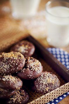 Ces biscuits ont des faux airs de macarons : une texture à la fois croquante sur les bords et fondante à cœur. Des macarons faciles à faire rapidement.