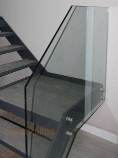 Barandilla con vidrio templado de 15mm, sujeción con conectores, y con opción de pasamano de madera o acero inoxidable.  http://www.barandillasprecios.com/barandillas/barandillas-interiores/cristal2012-10-01-20-53-40/cristal-vi11-detail