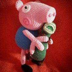 George pig Peppa's little bro Crochet Animals, Crochet Toys, Free Crochet, Peppa Pig Amigurumi, Pig Character, Sewing Patterns, Crochet Patterns, Crochet Dinosaur, George Pig