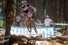 Jolanda Neff (Sui) LIV is known for her fearlessness. [P] Michal Cerveny Mtb 29, Mountain Biking Women, Pedal, Cycling Girls, Bike Style, Cross Country, Powerful Women, Dream Vacations, Bicycle