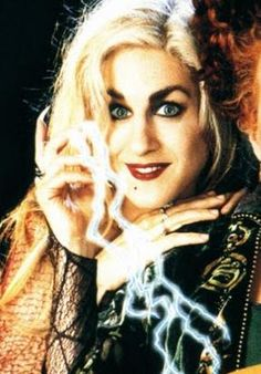 Sarah Jessica Parker as Sarah Sanderson in Hocus Pocus. She was actually prettier as a witch. Now she's too skinny Best Halloween Movies, Disney Halloween, Halloween 2017, Spirit Halloween, Halloween Makeup, Halloween Costumes, Halloween Stuff, Halloween Ideas, Sarah Sanderson Hocus Pocus