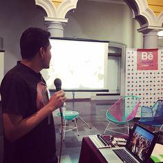 Él es Javier presentando en el #behancereviews #behancecolima