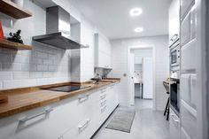Cocina blanca,encimera madera, azulejos metro. Butcher countertop/ subway tiles