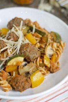 Pasta with red pesto sauce Red Pesto, Pesto Sauce, Penne Pasta, Fabulous Foods, Pasta Recipes, Italian Recipes, Food And Drink, Healthy Recipes, Healthy Food