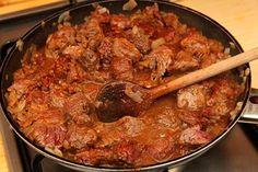 Tökéletes marhapörkölt recept elkészítése Meat Recipes, Cooking Recipes, Goulash, Dutch Oven, Wok, Paella, Stew, Food And Drink, Ethnic Recipes