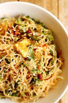 Rohe Kelp-Nudeln mit Grünkohl und Knoblauch-Mandel-Misodressing | 30 leckere vegane Gerichte, die Du in nur 30 Minuten kochen kannst