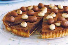 Σοκολατένια Πασχαλινή τάρτα. Μια υπέροχητάρτα με πλούσια σε σοκολάτα γέμισητάρτα με πλούσια σε σοκολάτα γέμιση καιτραγανή βάση με ζύμη κουρού. Μια συντα