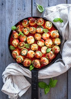 Jauhelihalla ja kolmella eri juustolla täytetyt kesäkurpitsarullat hautuvat herkullisiksi tomaattikastikkeessa. Tämän ruoan… Ratatouille, Main Dishes, Mozzarella, Food And Drink, Dinner, Cooking, Ethnic Recipes, Koti, Instagram