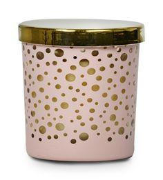 Majken är ett dekorativt ljus som sprider en behaglig doft i upp till 25 timmar, när du har det tänt. Doftljuset är i en färgad glasbehållare med guldfärgat lock. Ljuslågan lyser dekorativt genom det prickmönstrade glaset och reflekterar den guldfärgade insidan. Glasbehållaren kan återanvändas till värmeljus när ljuset brunnit ner.