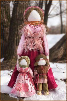 Купить или заказать Ведучка (большая) в интернет-магазине на Ярмарке Мастеров. Этот образ куклы Ведучки разительно отличается от уже представленных на моей страничке образов. Сразу оговорюсь, что он ещё незаконченный. Детки будут добавляться. Для понимания прописываю, что высота Ведучки составляет 60 см, высота девочки 25 см, высота мальчика 27 см. *** Ведучка - мать, бабушка, крёстная, сестра, а возможно, и мачеха или воспитательница, то есть та женщина, которая ведёт ребёнка за руку.