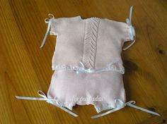 Aquí tenéis otra idea diferente.   Este conjuntito de perlé es muy fresquito y cómodo para nuestro bebé.