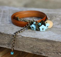 Bracelet bohème en cuir ocre et perles bleues : Bracelet par les-3-oranges